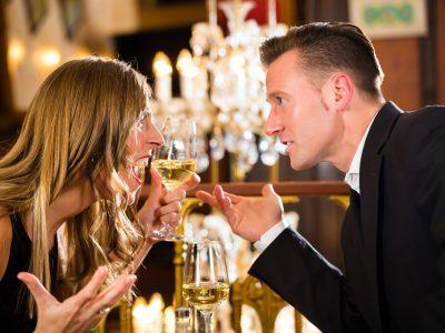 coppia deve urlare per sentirsi al ristorante